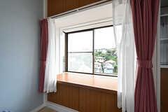 奥行きのある出窓があります。(201号室)(2016-07-27,専有部,ROOM,2F)