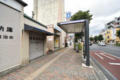 地下鉄ブルーライン・三ツ沢下町駅の様子。駅の目の前にバス停があります。(2016-07-27,共用部,ENVIRONMENT,1F)