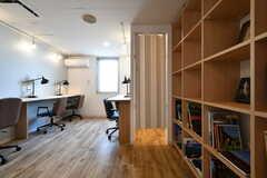 本棚脇の個室はアコーディオンカーテンが設置されています。(2018-08-03,共用部,OTHER,2F)