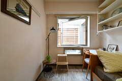 窓の先はバルコニーです。※モデルルームです(232号室)(2018-08-03,専有部,ROOM,2F)