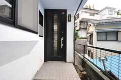 シェアハウスの玄関ドア。(2014-05-15,周辺環境,ENTRANCE,1F)