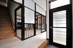 玄関から見た内部の様子。入ってすぐリビングがあります。(2014-05-15,周辺環境,ENTRANCE,1F)