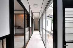 廊下の様子。掃出窓からは庭に出られます。(2014-05-15,共用部,OTHER,1F)