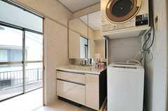 脱衣室に設置された洗面台と洗濯機の様子。(2014-05-15,共用部,BATH,1F)