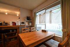 ダイニングテーブルの様子。ダイニングテーブルの奥にカウンターテーブルが設置されています。(2017-08-31,共用部,LIVINGROOM,1F)