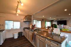 キッチンの様子。シンクが2台、ガスコンロが1台用意されています。(2017-08-31,共用部,KITCHEN,1F)