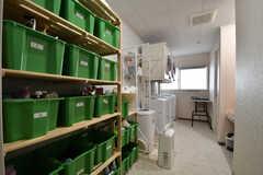 ランドリールームの様子。左手にランドリー用品の収納が専有部ごとに用意されています。(2017-08-31,共用部,LAUNDRY,1F)