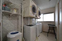 左手から除湿機、乾燥機が2台、洗濯機が3台並んでいます。対面はトイレです。(2017-08-31,共用部,LAUNDRY,1F)