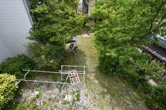 窓から見下ろすと庭が広がっています。(210号室)(2016-05-20,専有部,ROOM,2F)
