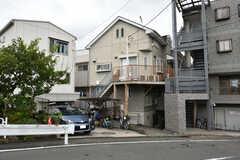 シェアハウスの外観。1階は倉庫、2階はアパート、3〜4階がシェアハウスです。(2020-07-29,共用部,OUTLOOK,1F)