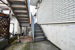 外階段の様子。1階は半地下のため、3階までの階段は1.5階分です。(2020-07-29,共用部,OTHER,1F)