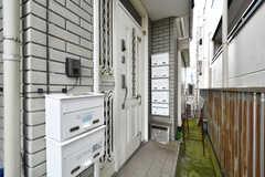 玄関ドアの様子。部屋ごとに郵便受けが設置されています。(2020-07-29,周辺環境,ENTRANCE,3F)