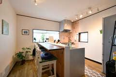 リビングの様子。キッチンにカウンターが取り付けられています。(2020-07-29,共用部,LIVINGROOM,3F)