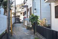 シェアハウスへのアプローチの様子。敷地内なので、自転車が停められます。(2015-12-01,共用部,OTHER,1F)
