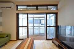 掃き出し窓の外はサンルームです。(2015-12-01,共用部,LIVINGROOM,1F)