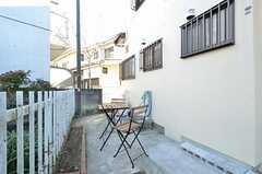 家の前にはガーデンチェアが置かれています。(2015-12-01,共用部,OTHER,1F)
