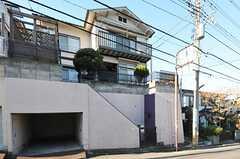 シェアハウスの外観。通りからは高さのある場所に建っています。(2012-12-11,共用部,OUTLOOK,1F)