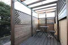 テーブルとチェアも置かれています。物干しもできます。(2012-12-11,共用部,OTHER,1F)