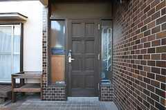 シェアハウスの正面玄関。(2012-12-11,周辺環境,ENTRANCE,1F)