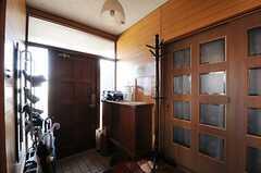 内部から見た玄関周辺の様子。(2012-12-11,周辺環境,ENTRANCE,1F)