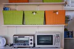 キッチン家電と部屋ごとに分けられた食材などを置けるスペース。(2012-12-11,共用部,OTHER,1F)