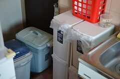 シンク脇にはゴミ箱があります。(2012-12-11,共用部,KITCHEN,1F)