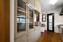 食器棚の様子。電子レンジ、炊飯器、電気ポットが設置されています。(2018-02-21,共用部,KITCHEN,1F)