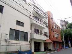 シェアハウス外観。マンション内の1室がシェアハウス。(2007-07-19,共用部,OUTLOOK,1F)
