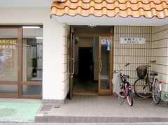 マンションの正面玄関。(2007-07-19,周辺環境,ENTRANCE,1F)