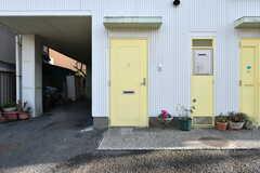 専有部の玄関ドア。101号室の入居者さんも303号室のリビングを使えます。(101号室)(2019-01-30,専有部,ROOM,1F)