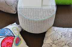 リビングにあるテーブルはラタンで織られたもの。4つのクッションはデザインがそれぞれ異なります。(2012-06-07,共用部,LIVINGROOM,5F)