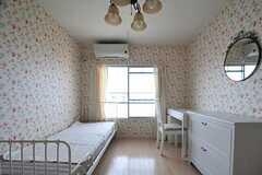 専有部の様子2。こちらの壁紙も花柄ですが、くっきりした印象です。(5013号室)(2012-06-07,専有部,ROOM,5F)