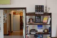 本棚は定期的にテーマが変わるそうです。(2014-09-16,共用部,LIVINGROOM,1F)
