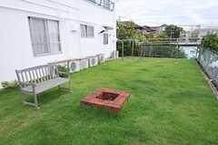 芝生が根付いています。奥は物干しスペース。(2013-09-16,共用部,OTHER,1F)