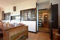 ラウンジの隣がキッチンです。(2014-09-16,共用部,LIVINGROOM,1F)