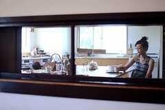 ラウンジから見たキッチンの様子。(2014-09-16,共用部,KITCHEN,1F)