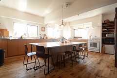 キッチンの様子。中央には大きいダイニングテーブル。(2014-09-16,共用部,KITCHEN,1F)