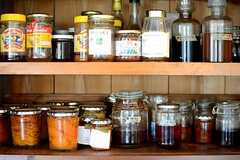古い食器棚には、入居者さんが作っている自家製のジャムなどがずらり。(2014-09-16,共用部,KITCHEN,1F)