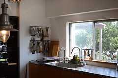 窓からの日当たりも良く。(2014-09-16,共用部,KITCHEN,1F)