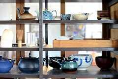 食器棚にはたくさんの茶器が置かれています。(2014-09-16,共用部,KITCHEN,1F)