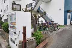 自転車置場の様子。建物前に自動販売機があります。(2013-09-16,共用部,GARAGE,1F)