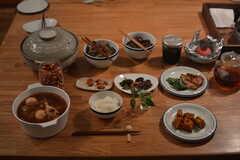 入居者さんがすこしずつおかずを持ち寄ると、立派な夕食に。(2014-09-24,共用部,KITCHEN,1F)