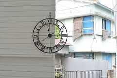 壁に掛けられた時計。(2015-08-19,共用部,LIVINGROOM,1F)
