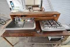 共用のキッチンの様子2。テーブルにシンクとガスコンロが乗っています。(2015-08-19,共用部,KITCHEN,1F)