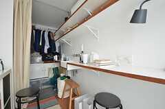 カウンターテーブルの様子。備品は入居者さんの私物です。(204号室)(2015-08-19,専有部,ROOM,2F)