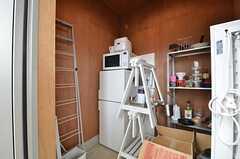 冷蔵庫をストレージに収納している入居者さんも。備品は入居者さんの私物です。(204号室)(2015-08-19,専有部,ROOM,1F)