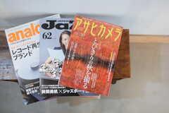 カメラや音楽に関する雑誌が置かれています。(2015-10-05,共用部,LIVINGROOM,1F)
