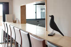 カウンターに1羽の鳥が佇んでいます。(2015-10-05,共用部,LIVINGROOM,1F)