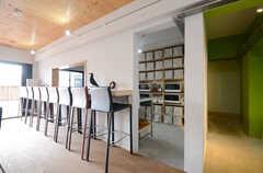 カウンターの裏がキッチンです。脇の廊下の先には、スタディルームがあります。(2015-10-05,共用部,LIVINGROOM,1F)
