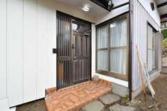 玄関ドアの様子。(2017-05-17,周辺環境,ENTRANCE,1F)